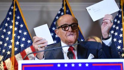 El abogado de Trump, Rudolph Giuliani, en una de sus tantas denuncias de fraude.