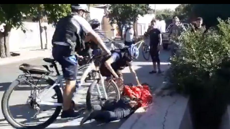 El momento en que uno de los policías atropella con su bicicleta al ladrón detenido en San Rafael, Mendoza.