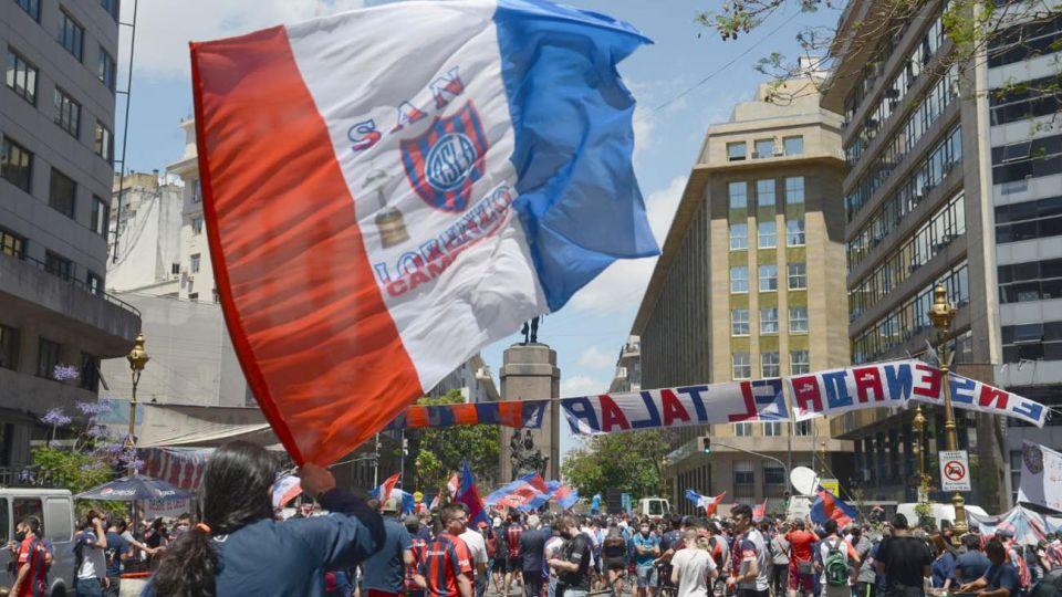 Manifestación de hinchas del club San Lorenzo en la legislatura porteña