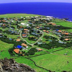 Perdida en pleno océano Atlántico, es la isla habitada más remota del mundo.