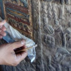 También hallaron gruesas capas de hollín y de suciedad en los relieves y en las inscripciones.