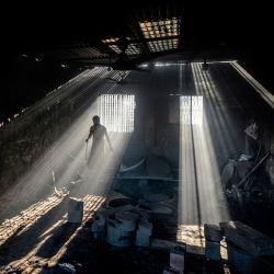 Un trabajador de un astillero fabrica la hélice de un barco a orillas del río Buriganga en Char Kaliganj, en las afueras de Dhaka. | Foto:Munir Uz zaman / AFP
