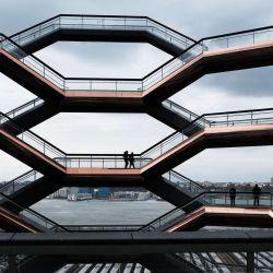 Personas caminan por las escaleras del Vessel recientemente inaugurado de Hudson Yard en la ciudad de Nueva York. La obra de arte público escalable de 150 pies de altura era una de las principales atracciones turísticas de Manhattan antes de que Covid-19 detuviera la mayoría del turismo nacional y extranjero en Nueva York, uno de los sectores económicos más grandes de Manhattan. | Foto:Spencer Platt / Getty Images / AFP