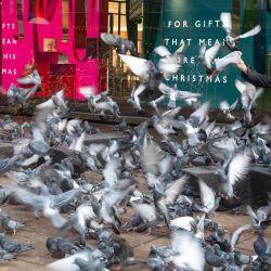 Inglaterra, Londres: una mujer alimenta a las palomas fuera de una tienda cerrada en Oxford Street, mientras Inglaterra continúa un bloqueo nacional de cuatro semanas para frenar la propagación del coronavirus (COVID-19). | Foto:Dominic Lipinski / PA Wire / DPA