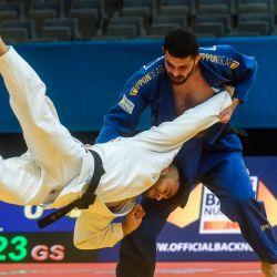 El italiano Fabio Basile (blanco) compite con el griego Georgios Azoidis durante la pelea de tercera ronda de la clase de peso masculino de menos de 73 kg en el Campeonato Europeo de Judo 2020 en Praga. | Foto:Michal Cizek / AFP