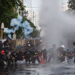 Tailandia, Bangkok: La policía tailandesa dispersa a los manifestantes con cañones de agua durante los enfrentamientos que siguieron a una manifestación contra el gobierno frente al Parlamento tailandés. | Foto:Varuth Pongsapipatt / DPA