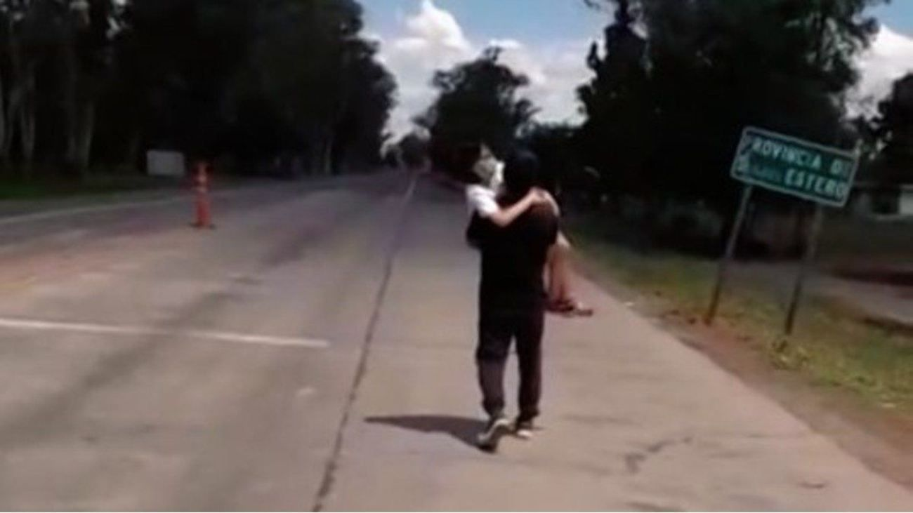Tucumán: el hombre cargó con su hija y recorrió a pie el camino de regreso a su domicilio.