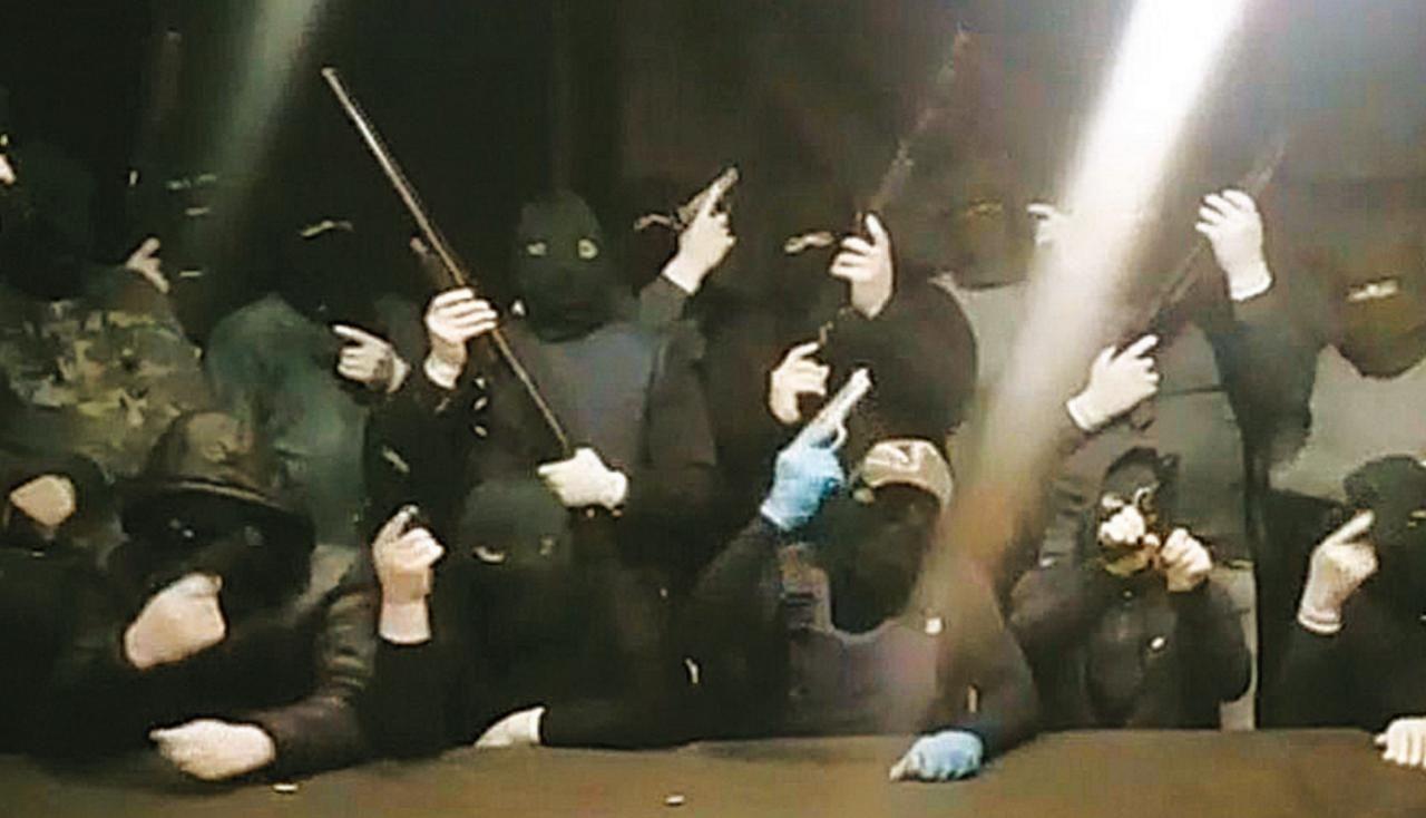 SEGUNDO VIDEO. Amenazas con armas de fuego, lo que predomina en la filmación conocida la semana pasada.