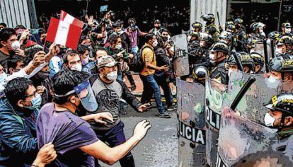 Choques. Los jóvenes salieron masivamente a las calles exigiendo la renuncia de Merino, demostrando su hartazgo con el sistema político. Se habían autoconvocado.