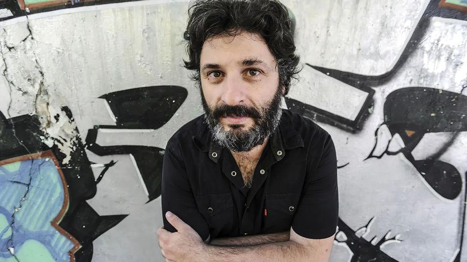 Hernán Ronsino nació en Chivilcoy en 1975. Parte de su obra fue traducida al inglés, francés, italiano y alemán.