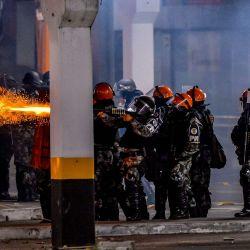 La policía militar brasileña choca con manifestantes durante una protesta a la entrada de un supermercado Carrefour donde Joao Alberto Silveira Freitas fue asesinado a golpes, en Porto Alegre, Rio Grande do Sul, Brasil.   Foto:Silvio Avila / AFP