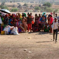 Los refugiados etíopes que huyeron de los combates en la región de Tigray se reúnen al llegar a un centro de recepción en el área de Hamdayit del estado de Kassala, en el este de Sudán.   Foto:ASHRAF SHAZLY / AFP