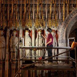 Lee Godfrey, conservador principal de albañiles en el Departamento de Obras de la Catedral de York, limpia el recién revelado Pulpitum, conocido como la 'Pantalla de los Reyes', mientras el proyecto de una vez al siglo para restaurar el Gran Órgano de la Catedral de York entra en su fase final, en York, en el norte Inglaterra.   Foto:Oli Scarff / AFP