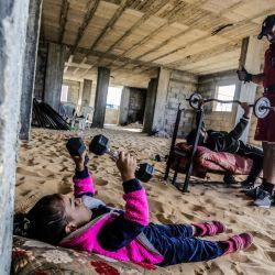 Territorios palestinos, Gaza: un culturista palestino entrena con sus hijos en su casa en medio de la pandemia de coronavirus en curso.   Foto:Mahmoud Issa / DPA