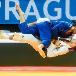El ruso Mikhail Igolnikov (azul) compite con el español Nikoloz Sherazadishvili durante los cuartos de final de la categoría de peso masculino de menos de 90 kg en el Campeonato Europeo de Judo 2020 en Praga.   Foto:Michal Cizek / AFP