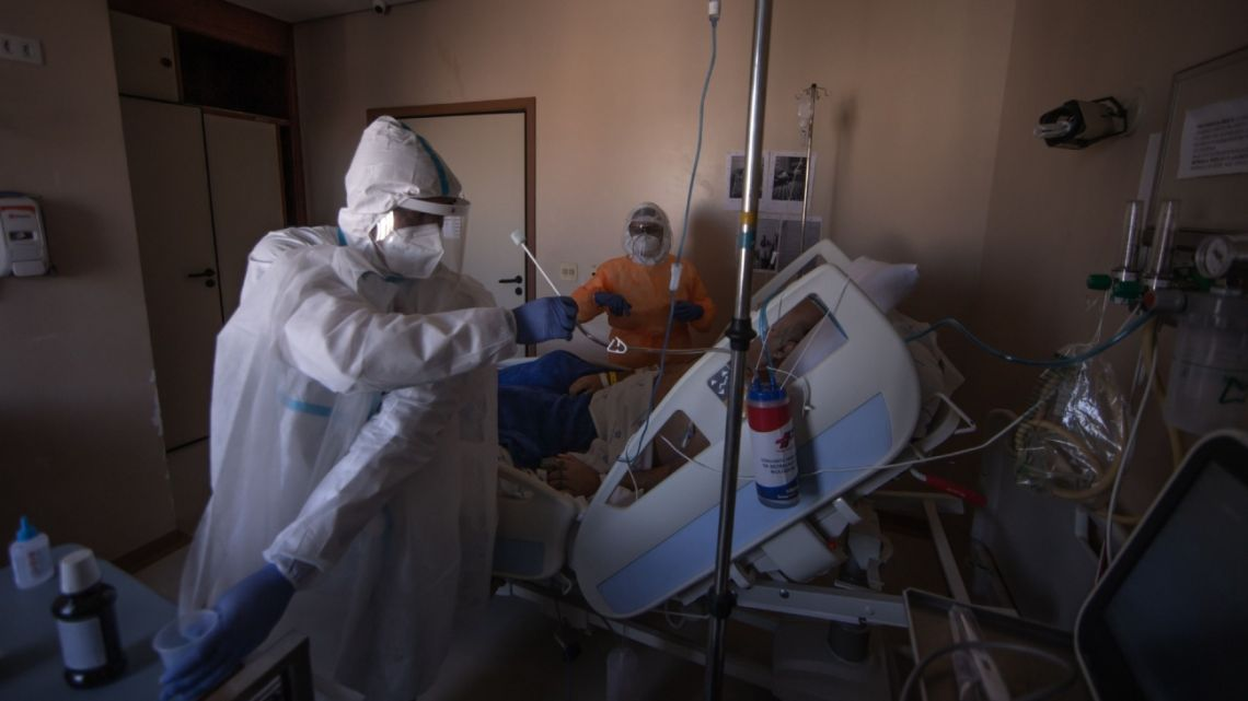 Medical workers wearing personal protective equipment (PPE) take care of a Covid-19 patient inside the Semi-intensive Care Unit (SCU) at Hospital Sao Paulo in Sao Paulo, Brazil, on Friday, July 24, 2020.