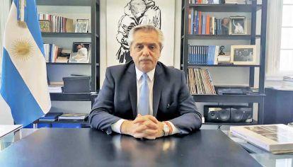 COMPROMISO. Fernández firmó un documento elaborado por los organizadores del evento.