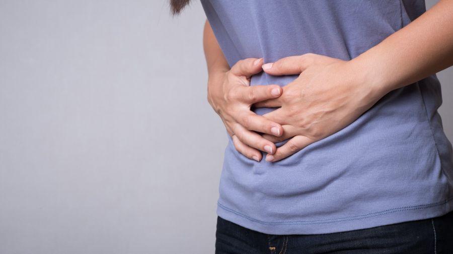 La gastritis aguda causada por los medicamentos antiinflamatorios no esteroides o por el alcohol puede aliviarse dejando de consumir esas sustancias.