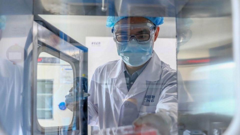EN CARRERA. La vacuna china está Fase 3 y se está probando en Argentina (entre otros países), a través de la Fundación Huésped.