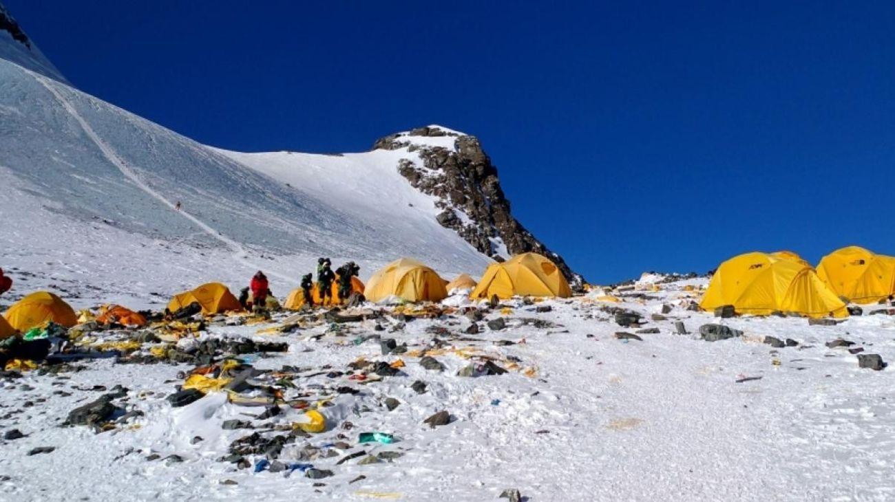 El monte Everest, localizado en Nepal, mostró un alto porcentaje de residuos contaminantes en su cima