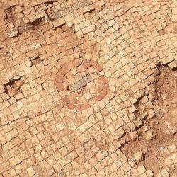 Los arqueólogos creen que el piso hallado es el lugar donde Jesús curó a la mujer enferma.