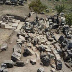 También encontramos pisos de baldosas tallados con una cruz, elementos arquitectónicos, una piscina de culto y un acueducto de agua.