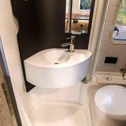 Uno de los puntos más llamativos de la Ekko es su baño, que cuenta con una pared giratoria que permite ocultar el área de aseo de la estancia principal con solo girar el panel.