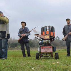 Para realizar las actividades de tiro hay que solicitar turno previo y no puede haber más de determinada cantidad de personas en la pedana. En el caso del recorrido de caza, son  hasta seis.