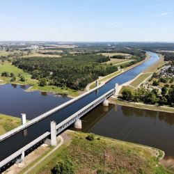 El puente empezó a construirse en la década de 1930, pero el inicio de la Segunda Guerra Mundial dejó el proyecto completamente en suspenso.