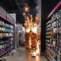 Los productos se queman en un supermercado Carrefour en Sao Paulo, Brasil, en el Día de la Conciencia Negra después de que los manifestantes invadieron el lugar durante una protesta contra el racismo y la muerte en la víspera de un hombre negro que fue golpeado por agentes de seguridad blancos en un supermercado de la misma cadena en Porto Alegre y que posteriormente falleció. | Foto:Nelson Almeida / AFP