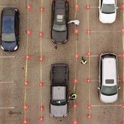 Esta vista aérea muestra a personas esperando en fila en sus autos en un sitio de pruebas de Covid-19 en el Dodger Stadium en Los Ángeles, California. | Foto:Robyn Beck / AFP