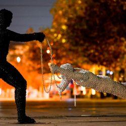 Las esculturas hechas con cadenas por el artista de Kosovo Eroll Murati se exhiben en la plaza principal desierta de Pristina cuando el gobierno de Kosovo volvió a imponer toques de queda nocturnos en un intento por frenar la propagación del Covid-19 (el nuevo coronavirus) en la nación balcánica. | Foto:Armend Nimani / AFP