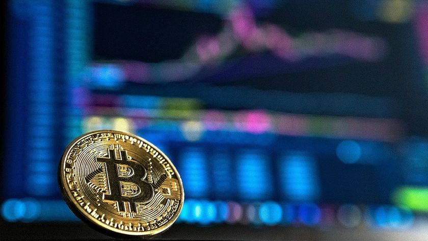 Bitcoin cae tras tocar máximos y arrastra a otras criptomonedas