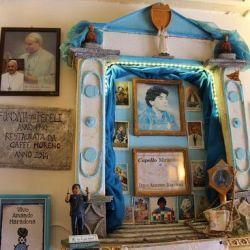 Un lugar icónico para cualquier maradoniano es el bar Nilo, que posee un llamativo altar del 10, que tiene el honor de almacenar un mechón de su pelo.