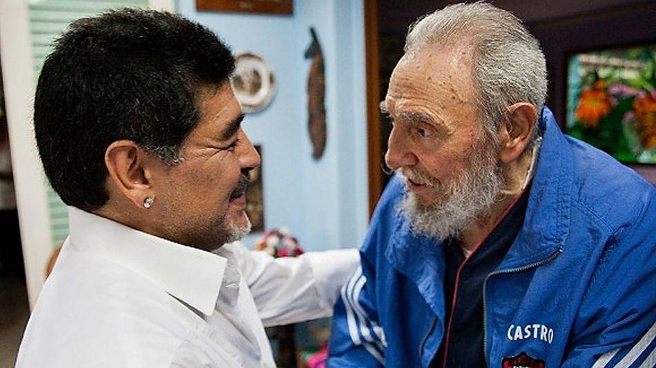 Archivo. Diego Maradona junto a Fidel Castro.
