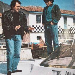 Diego Maradona con Tullio Abbate en el momento en que le entrega su lancha especial, en 1987.