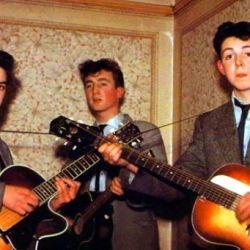 Con 15 años apenas cumplido, Harrison formò parte de una banda junto a John Lennon y Paul McCartney