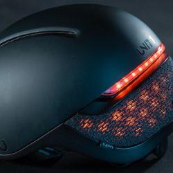 El casco de Unit 1 destaca especialmente por sus funciones inteligentes, como el uso de sus luces LED traseras como intermitentes para marcar visualmente cuando el ciclista va a girar.