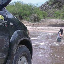 Antes de largarnos a vadear, un integrante de la caravana debe meterse en el agua para tantear la profundidad con un palo, y buscar piedras y los pozones a esquivar.