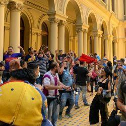 Photos from the chaotic scenes earlier today at Diego Maradona's wake at the Casa Rosada.