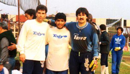 Diego Maradona y Claudio Rodríguez en un entrenamiento de Chacarita Juniors en 1993