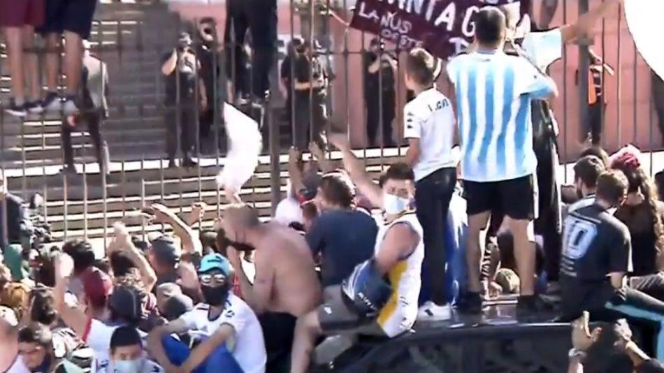 La gente en las rejas de Casa Rosada, mientras la policía trata de organizar la salida del cuerpo de Diego Maradona rumbo a Bella Vista.