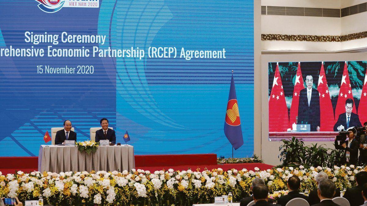 El ministro chino de Comercio firma el histórico tratado de libre comercio.