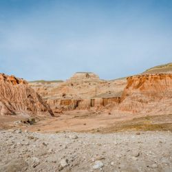 Entre sus tantas bellezas sobresale un bosque petrificado con restos de troncos de coníferas de más de 60 millones de años.