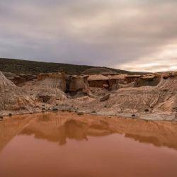 A lo largo de sus 95.000 hectáreas de extensión, combina mesetas aplanadas y terrazas con su aridez desértica y la inmensidad del mar.