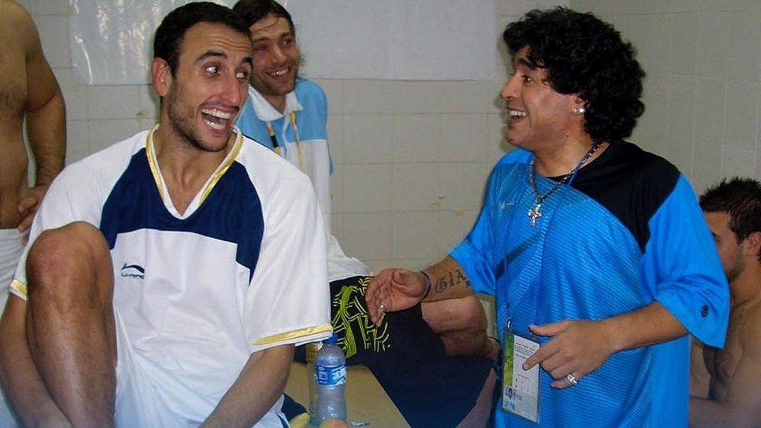Foto histórica: Diego Maradona y Manu Ginóbili en el vestuario. Fue en los Juegos Olímpicos de Beijing 2008. // CABB