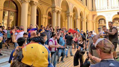 Incidentes internos. Los manifestantes coparon el Patio de Las Palmeras. Lograron sortear la seguridad de la calle Balcarce y también el ingreso de Rivadavia.