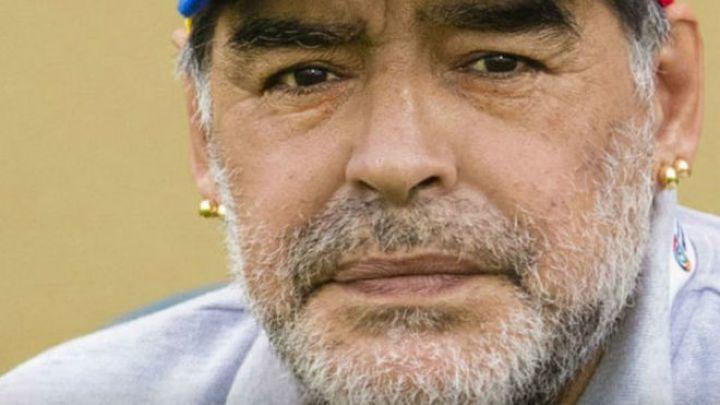 Uno de los hombres que se fotografió con el cuerpo de Maradona pidió disculpas