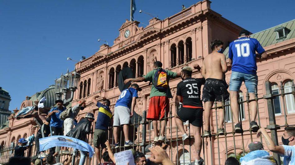 Hinchas de maradona en las vallas de la Casa Rosada como si estuvieran en una tribuna de fútbol.