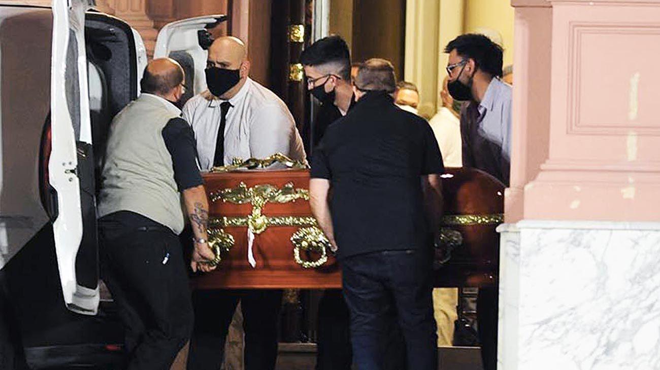 Indignante. Claudio Fernández, su hijo Ismael y Diego Molina cargan el cajón de Diego Maradona luego de finalizado el velatorio en la Casa Rosada. Después los echaron.
